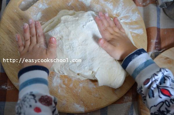 Месим тесто для пиццы