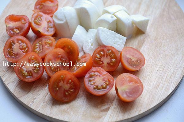 выкладываем половинки помидорчиков черри и кусочки моцареллы