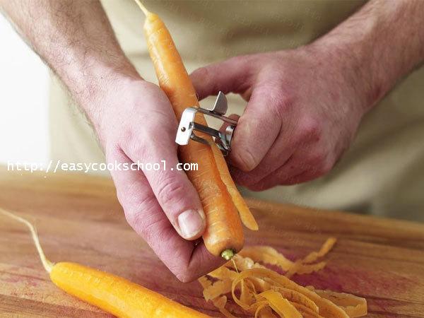 Чистим морковку