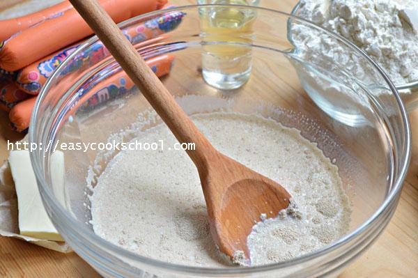 сосиски в тесте рецепт в духовке с дрожжами